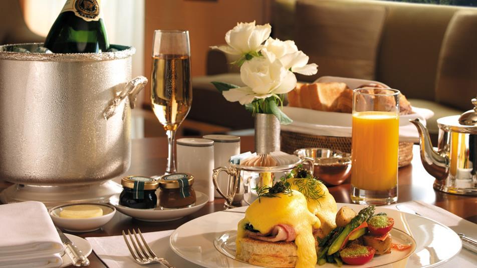 Room Service: Hotel Santa Hill